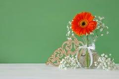 ramalhete do verão das flores no vaso sobre a tabela de madeira Fotografia de Stock
