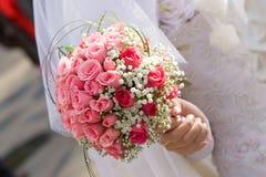 Ramalhete do vestido e da flor de casamento Fotos de Stock Royalty Free