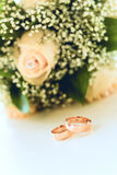 Ramalhete dos anéis e das rosas de casamento Imagens de Stock Royalty Free