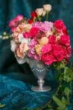 Ramalhete dos cravos e das rosas Imagens de Stock Royalty Free