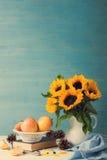 Ramalhete dos girassóis no vaso branco com maçãs Imagem de Stock Royalty Free