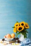 Ramalhete dos girassóis no vaso branco com maçãs Imagem de Stock
