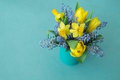 Ramalhete dos narcisos amarelos, das tulipas e do Muscari Páscoa Os ovos da páscoa são azuis e turquesa Imagem de Stock Royalty Free