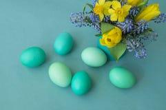 Ramalhete dos narcisos amarelos, das tulipas e do Muscari Páscoa Os ovos da páscoa são azuis e turquesa Fotos de Stock