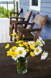 Ramalhete dos Wildflowers na casa de campo imagem de stock