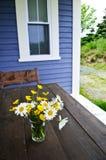 Ramalhete dos Wildflowers na casa de campo imagem de stock royalty free