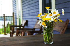 Ramalhete dos Wildflowers na casa de campo fotografia de stock royalty free