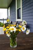 Ramalhete dos Wildflowers na casa de campo imagens de stock