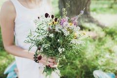 Ramalhete dos Wildflowers no vaso de vidro no fundo de madeira Foto de Stock Royalty Free
