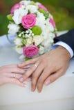 Ramalhete e alianças de casamento Imagens de Stock