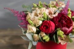 Ramalhete e boutonniere nupciais Flores do vermelho e da cor do pêssego imagem de stock royalty free