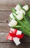 Ramalhete e caixa de presente brancos das tulipas Imagens de Stock