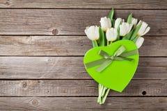Ramalhete e caixa de presente brancos das tulipas Fotos de Stock Royalty Free