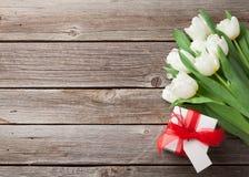 Ramalhete e caixa de presente brancos das tulipas Foto de Stock