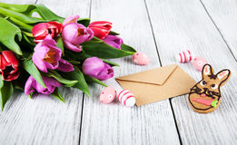 Ramalhete e envelope do Tulip Imagens de Stock Royalty Free