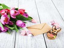 Ramalhete e envelope do Tulip Fotografia de Stock Royalty Free