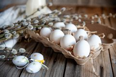 Ramalhete e ovos da páscoa do salgueiro na tabela de madeira foto de stock royalty free