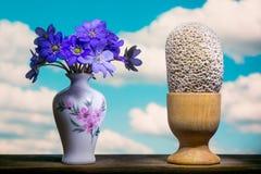 Ramalhete e ovos surrealistas em um céu azul foto de stock royalty free