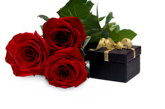 Ramalhete e presente das rosas imagem de stock royalty free