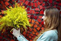 Ramalhete e sorriso da terra arrendada da mulher do close up fotos de stock