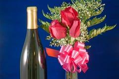 Ramalhete e vinho de Rosa Fotografia de Stock Royalty Free