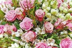 Ramalhete floral colorido das rosas, dos lírios e das orquídeas Fotos de Stock