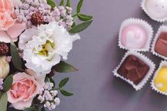 Ramalhete floral e doces no fundo fotos de stock royalty free