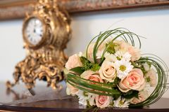 Ramalhete floral lindo com rosas e margaridas Imagens de Stock