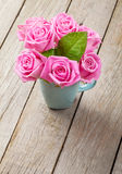 Ramalhete fresco das rosas do rosa de jardim da mola foto de stock royalty free