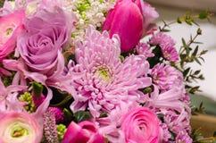 Ramalhete fresco delicado de flores frescas com ranúnculo cor-de-rosa, ro Fotos de Stock