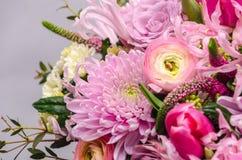 Ramalhete fresco delicado de flores frescas com ranúnculo cor-de-rosa, ro Foto de Stock