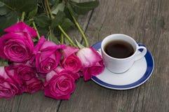 Ramalhete grande das rosas e do copo do café preto Foto de Stock Royalty Free