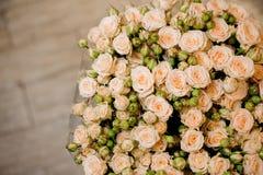 Ramalhete grande elegante de muitas rosas pequenas do fim bege da cor acima Foto de Stock