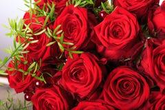 Ramalhete luxuoso feito de rosas vermelhas no ramalhete dos Valentim do florista de rosas vermelhas Fotos de Stock