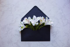 Ramalhete macio bonito do Alstroemeria no envelope no mármore b Imagens de Stock