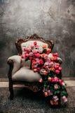 Ramalhete majestoso sobre uma cadeira fotos de stock royalty free