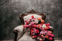 Ramalhete majestoso sobre uma cadeira no fim imagem de stock royalty free