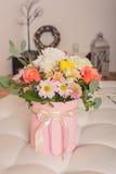 Ramalhete misturado de várias flores em uma foto do vertical da caixa do chapéu Imagem de Stock