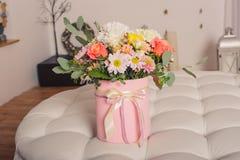 Ramalhete misturado de várias flores em uma foto gorizontal da caixa do chapéu Foto de Stock Royalty Free