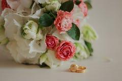 Ramalhete moderno bonito do casamento em uma tabela branca Atributos Wedding Nenhuns povos imagem de stock
