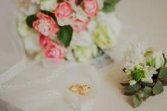 Ramalhete moderno bonito do casamento em uma tabela branca Atributos Wedding Nenhuns povos fotos de stock