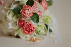 Ramalhete moderno bonito do casamento em uma tabela branca Atributos Wedding Nenhuns povos imagens de stock