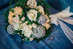 Ramalhete muito bonito do casamento com alianças de casamento do ouro Fotos de Stock Royalty Free