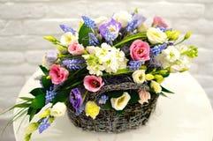ramalhete Multi-colorido das flores na cesta fotos de stock