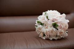 Ramalhete na cadeira de couro marrom Imagem de Stock