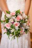 Ramalhete nas mãos da noiva Foto de Stock