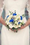 Ramalhete nupcial azul nas mãos de Imagens de Stock Royalty Free
