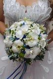 Ramalhete nupcial bonito nas mãos da noiva Fotografia de Stock Royalty Free