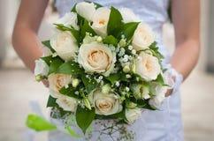 Ramalhete nupcial bonito que está sendo guardado por uma noiva em seu dia do casamento Fotografia de Stock