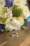 Ramalhete nupcial, butanieres, ramalhete nupcial bonito, alianças de casamento, anéis de ouro, casamento, alianças de casamento,  foto de stock royalty free